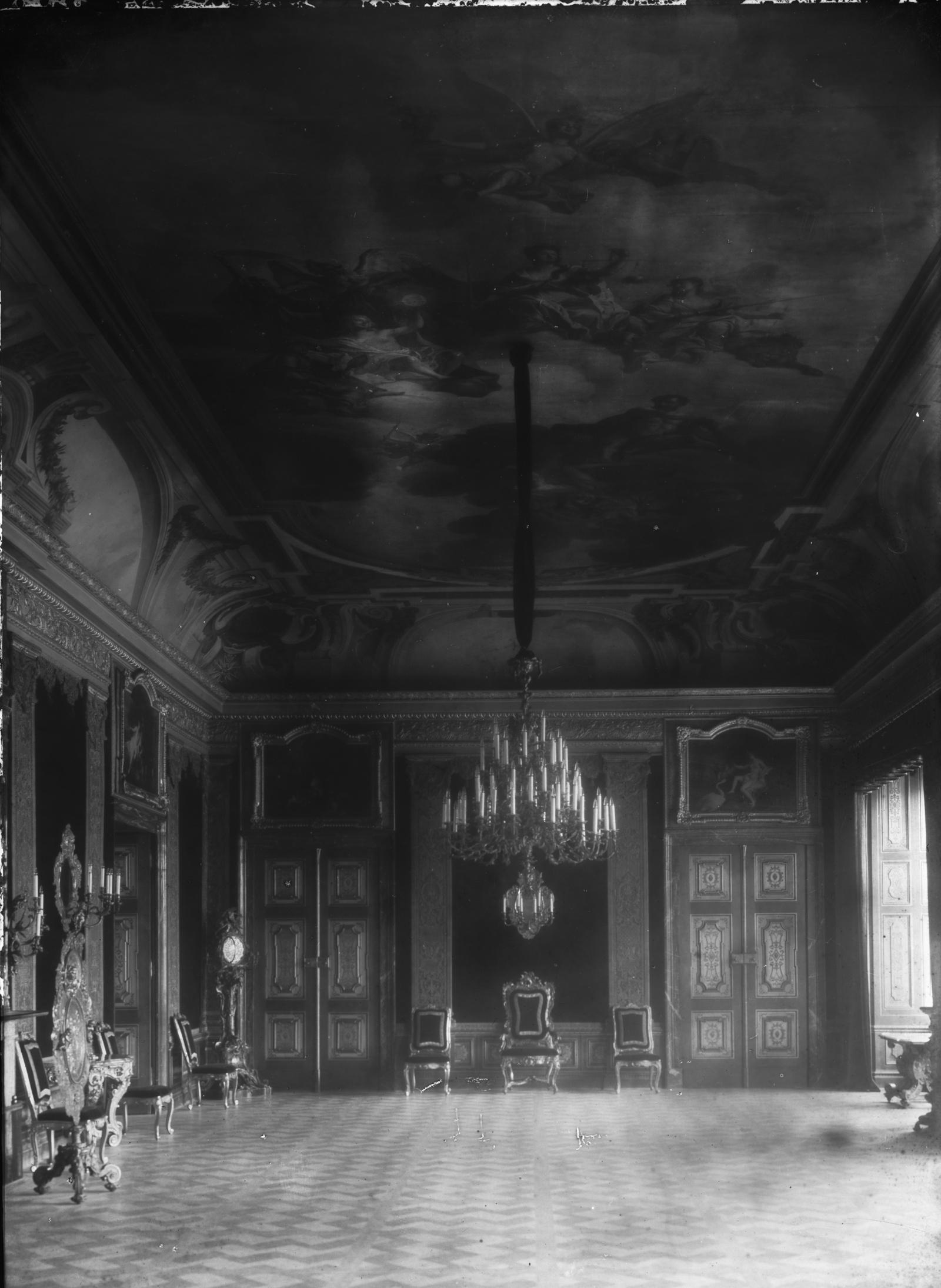 Westflügel, Audienzgemach, Ansicht einer Schmalseite mit Thron, um 1920